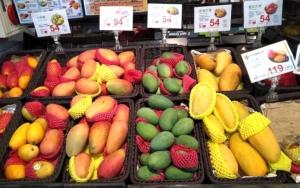 台湾のスーパーに並ぶマンゴー。たくさんの種類がある